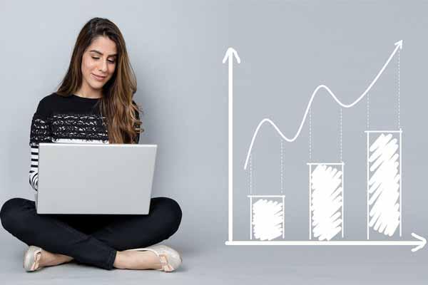 Un PC portable sur les jambes, un graphique de performance affiché pour symboliser l'analise de site internet